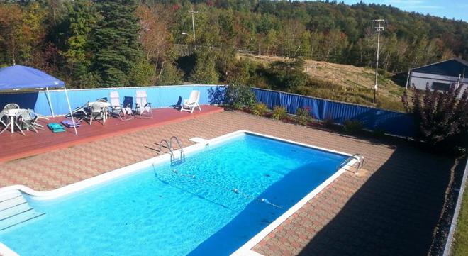 auberge-rocaille-piscine-exterieure