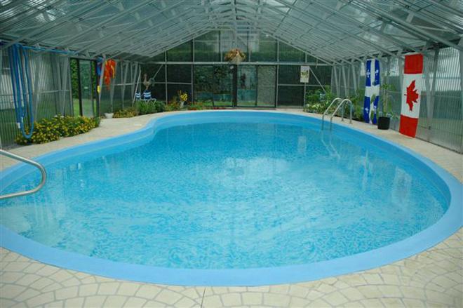 murmures-des-eaux-caches-piscine-exterieure-couverte