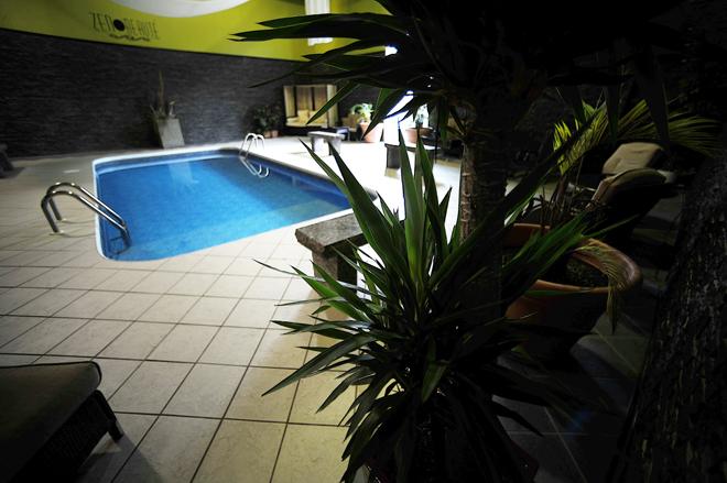 piscine-interieure-auberge-gouverneur-shawi