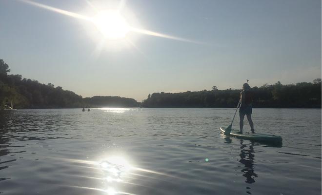 Seul sur la rivière en paddleboard