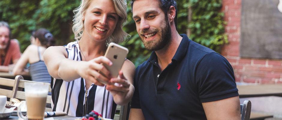 Couple sur une terrasse.